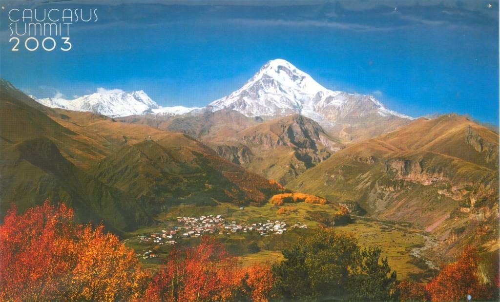 Kasbegi vom Tal aus gesehen